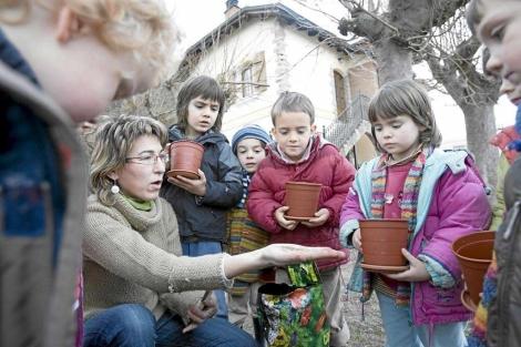 Niños cuidando sus plantas en un colegio de Vitoria