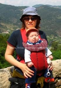 No llevar al bebé cara al mundo en portabebés.